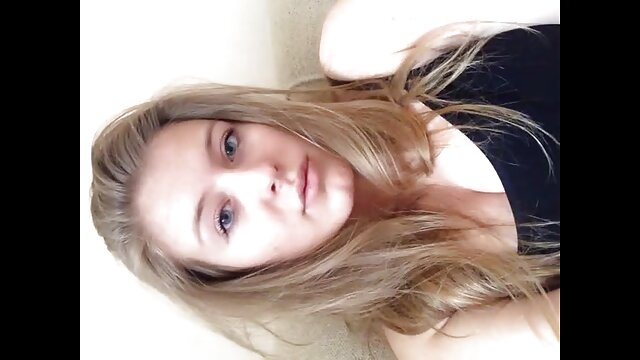 Sexy chick se déshabille en latex film x gratuit amateur francais puis baise un gros gode noir